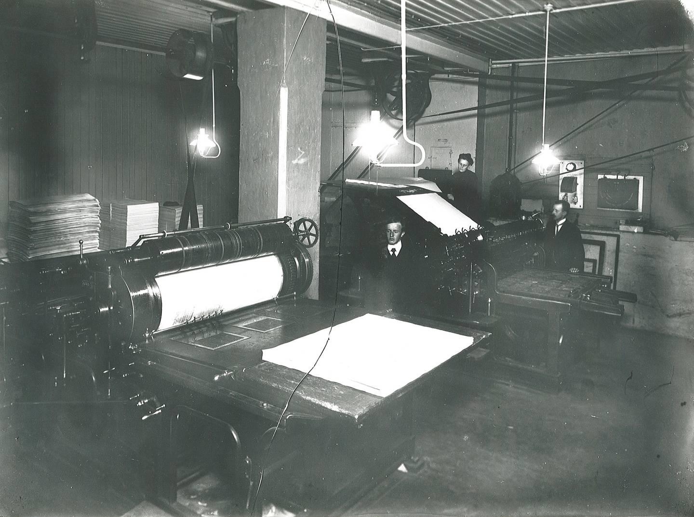 Trykkarka ble ført rundt med sylinderen og pressa mot trykkforma som var innsatt med farge. Her ser vi trykker og påleggerske ved Sundhedsbladets boktrykkeri i Akersgata 74 i 1908.