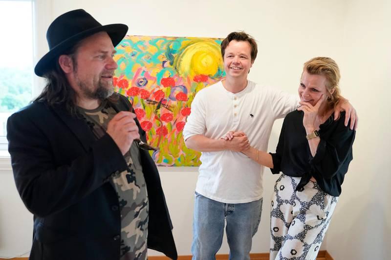 Moss 20200616.  Per Heimly, Espen Behn og Anja Bjørshol under presentasjon av utstilling med Ari Behns verker på Galleri Varden på Jeløya. Foto: Fredrik Hagen / NTB scanpix