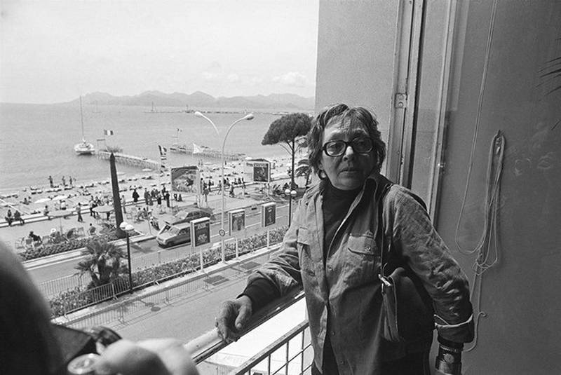 Forfatter og filmkunstner Marguerite Duras fotografert i Cannes 17. mai 1977. Den lille boka «Stedene» gir et unikt innblikk i hennes kunstnerisk prosess. FOTO: NTB SCANPIX