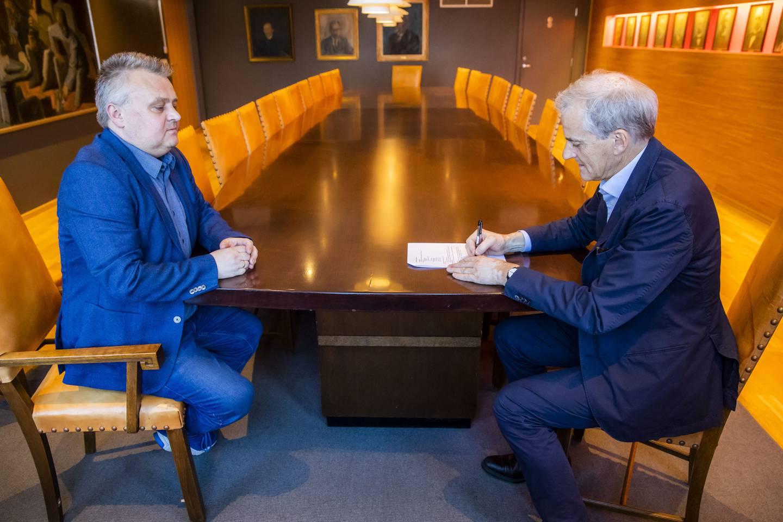 Leder i Fellesforbundet Jørn Eggum (t.v.) og leder i Arbeiderpartiet Jonas Gahr Støre signerer en samarbeidsavtale om at det skal ha dialogmøter. Det skjedde etter at Ap sa nei til konsekvensutredning i Lofoten, Vesterålen og Senja i 2019.