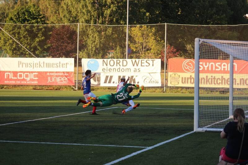 Fotballkamp på kunstgress.