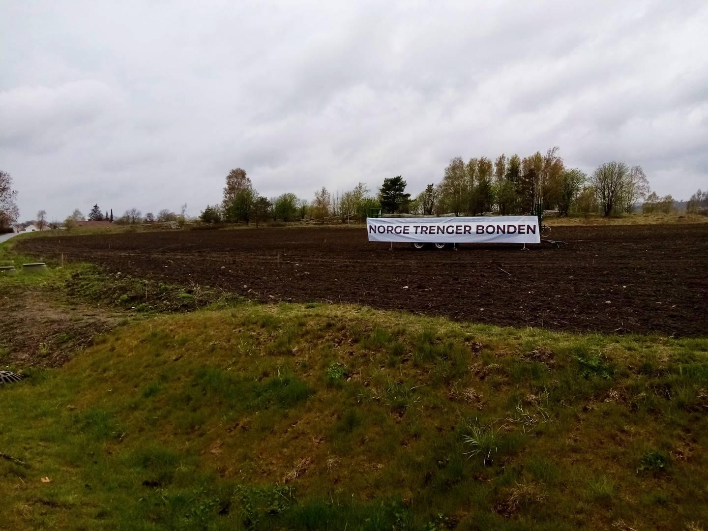 Aksjoner, faner, flagg og plakater preger primærnæringa i mai 2021. Her fra Gudeberg-jordet nord for brohodet.
