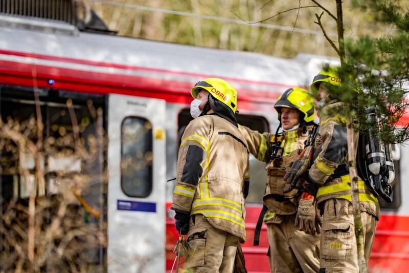 Mannskaper fra Oslo brann- og redningsetat på stedet der kjøreledning har falt ned på et tog ved Rosenholm stasjon sør i Oslo. Foto: Fredrik Hagen / NTB