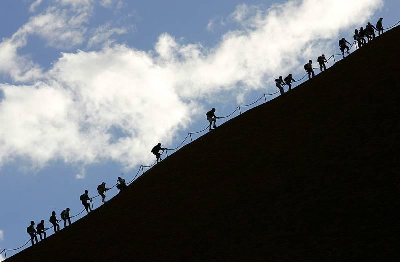 Turister bestiger Uluru (Ayers Rock) selv om den aboriginske urbefolkningen har ytret ønske om at de lar være. FOTO: TORSTEN BLACKWOOD/AFP/NTB SCANPIX
