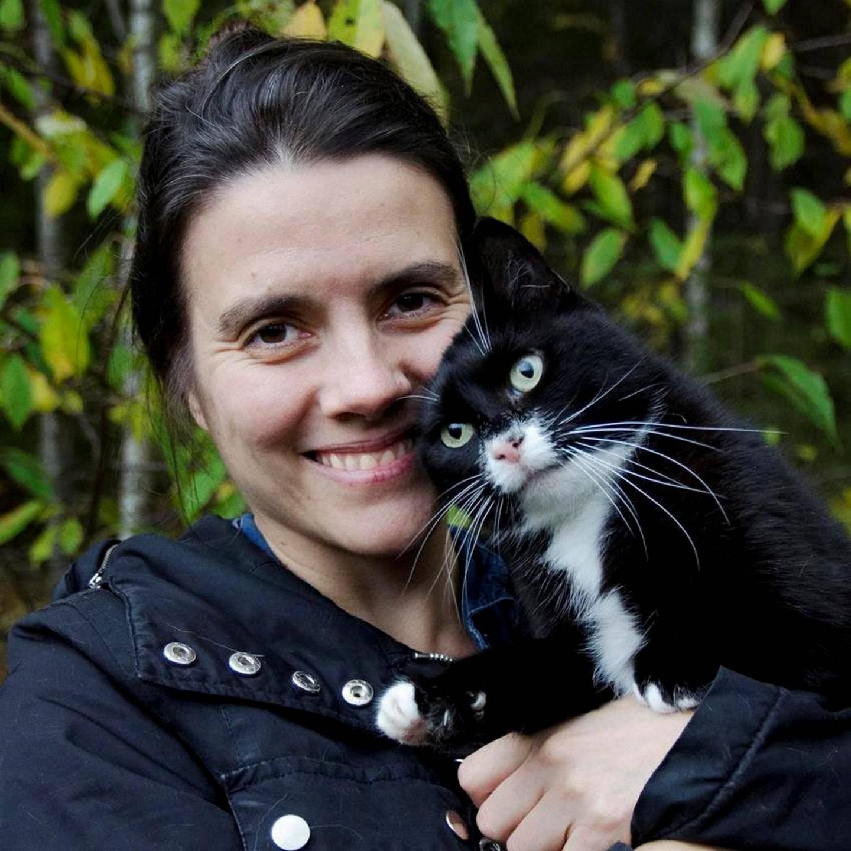 NOAH-leder Siri Martinsen med en av sine sju katter. Alle er omplasserte.