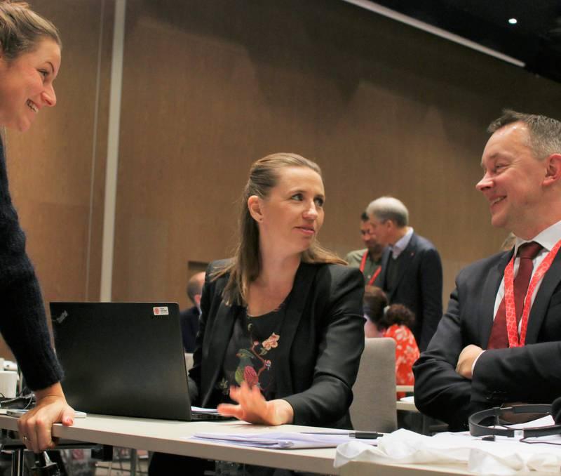 Mette Frederiksen (i midten) satte sitt preg på SAMAK-kongressen allerede før hun ankom tirsdag.