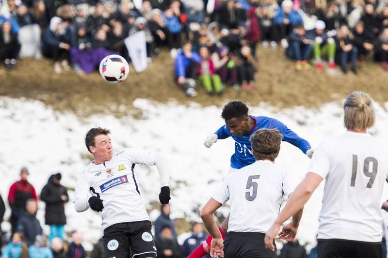 Abdi Ibrahim header inn det første målet i onsdages cupkamp i Gran idrettspark