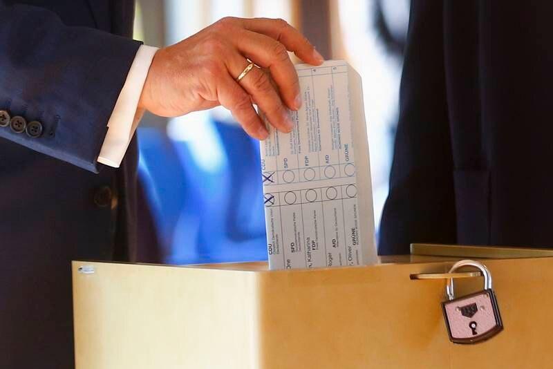 Kristendemokratenes statsministerkandidat Armin Laschet brettet stemmeseddelen feil, og viste derfor ved et uhell at han hadde stemt på sitt eget parti. Foto: Thilo Schmuelgen/Pool via AP/NTB