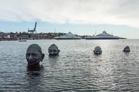 Kunstneren om de smilende fjesene i sjøen: – En hyllest til livsglede