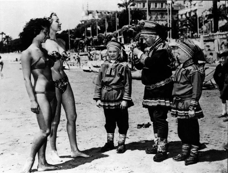 Kom ikke her og si at Norge ikke har gjort seg bemerket i Cannes. Per Høsts «Same Jakki» brakte med seg «kongene av Rivieraen» til Cannes, og bildene gikk verden over. Her Anders Pentha (i midten) sammen med barna Jo Matti og Biera på stranden i Cannes, med kamera ladet med film.