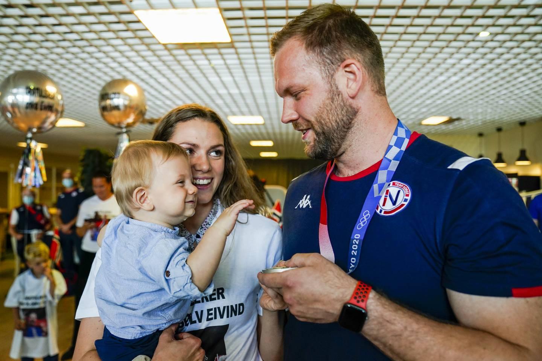 Gardermoen 20210806.  Medaljevinner Eivind Henriksen ankommer Oslo Lufthavn med privatfly etter OL i Tokyo. Foto: Torstein Bøe / NTB
