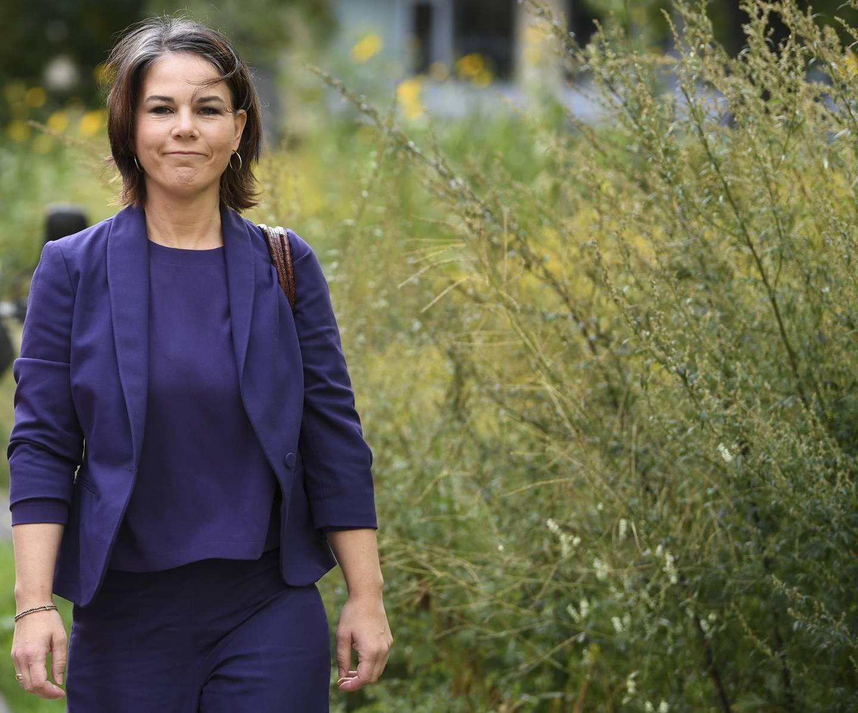 De grønnes Annalena Baerbock ankommer et ledermøte i partiet mandag. De grønne får etter alle solemerker en avgjørende rolle når en ny tysk regjering skal på plass.