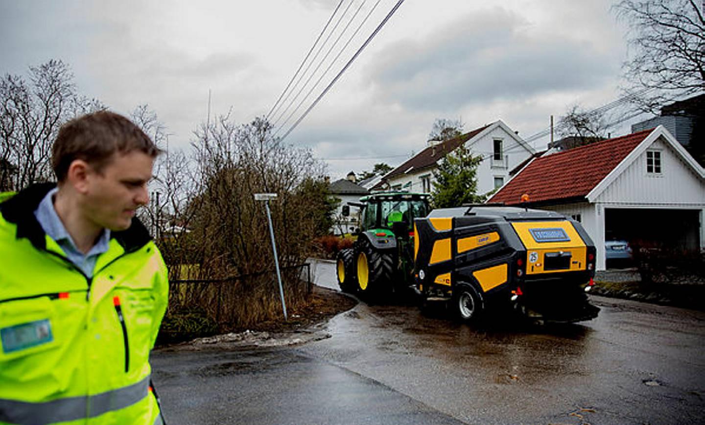 Joakim Hjertum er seksjonssjef for veiforvaltning i Bymiljøetaten og følger med på rengjøringen av Oslo-veiene.
