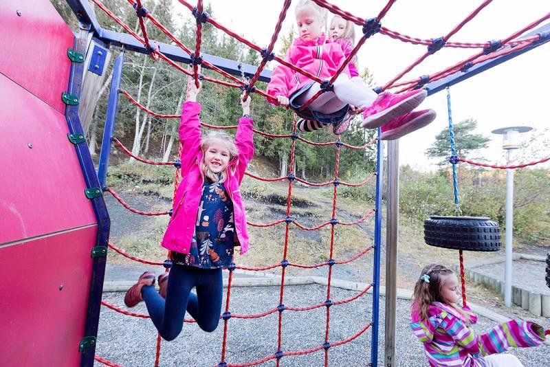 Trondheim  20171009.Jenter som leker ute på barneskole og SFO . Modellklarert.Foto: Gorm Kallestad / NTB scanpix