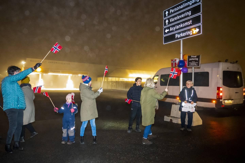 35 syriske asylsøkere fra Moria-leiren ankom Ankomstsenteret i Råde onsdag kveld. De ble møtt med flagg, ballonger og velkommen plakater av et 20 talls mennesker.