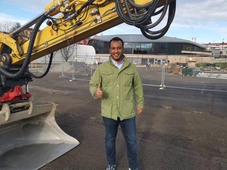 Byråd Omar Samy Gamal (SV) lover at idrettsanlegget på Jordal skal stå klart neste år.