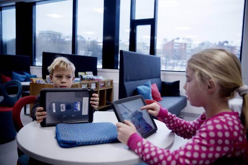 Andreklassingene Athena Hartmann Tang og Vetle Tandberg synes det er gøy å bruke iPad i undervisningen.