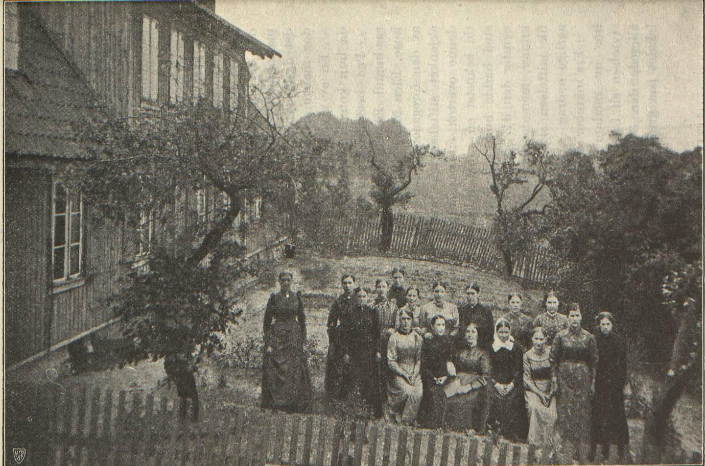 Magdalenahjemmet ble etablert i 1859 i et lite hus med 45 mål jord på Valle mellom Ullevålsveien og Geitmyrsveien sør øst for Lindern i Vestre Aker. Her er foto fra 1909 av det opprinnelige huset med hage.
