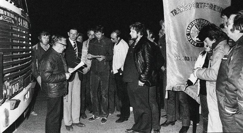 Jern og Metall-medlemmer fra Moss deltok som streikevakter på Ørje, sammen med streikende transportarbeidere. Til venstre: Odd E. Martinsen, Moss Verft. I midten (med papirer) Alan Wold (Moss Transport). Til venstre for fanen: Anton Enger, Moss Verft.