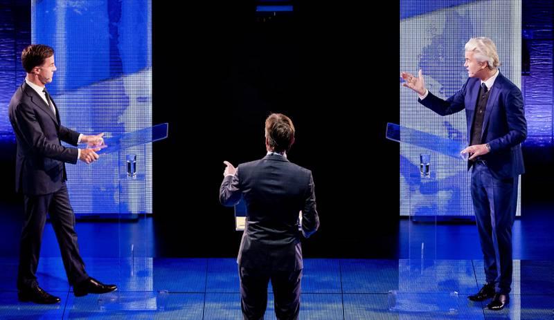 Partiene til statsminister Mark Rutte og Geert Wilders ligger best an før valget i dag. Men de er likevel relativt små: de har kun henholdsvis rundt 17 og 14 prosent av velgermassen. Det gir rom for de mange partiene like bak. Her er de to under TV-duellen mandag kveld.