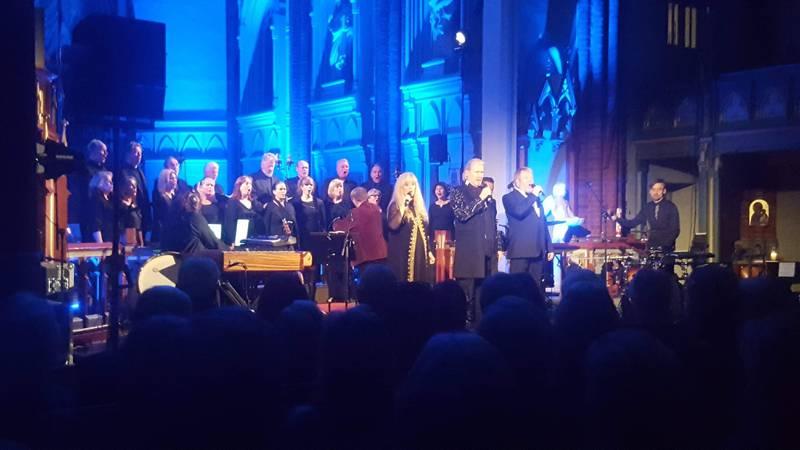 Hanne Krogh og Johnny Logan backet av Kammerkoret Apollon på julekonsert i Bragernes kirke. FOTO: BENGT THURESSON
