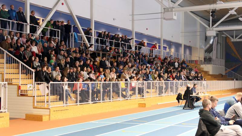 645 tilskuere hadde tatt turen til Sandneshallen søndag. De skapte god stemning, og en solid ramme rundt lokaltoppgjøret. Foto: Pål Karstensen