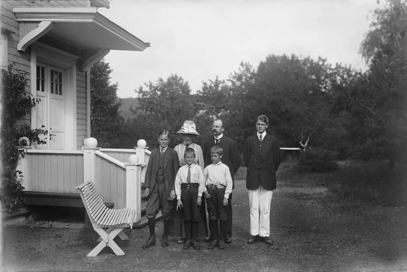 Forfatteren Johan Borgen har skrevet om idyllen på Sjursøya  for bedrestilte Kristianiafamilier før øya ble havn. Familien Borgens landsted Villa Eden en gang mellom 1915 og 1920.