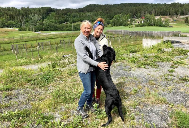 Det er stille i luftegården bak Hanne Mette og Stine Mette Fjerdingstad. Foto: Elisabeth Helgeland Wold