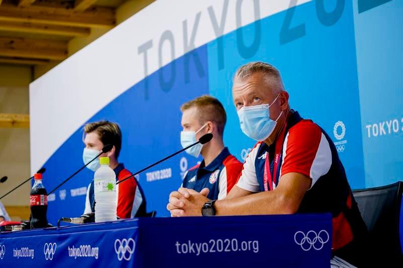 Jakob, Filip og Gjert Ingebrigtsen i Tokyo søndag. Foto: Stian Lysberg Solum / NTB