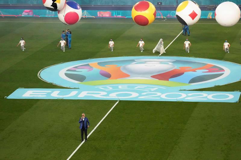 Andrea Bocelli i aksjon på Olympiastadion i Roma fredag kveld før Italia slo Tyrkia 3-0. Foto: