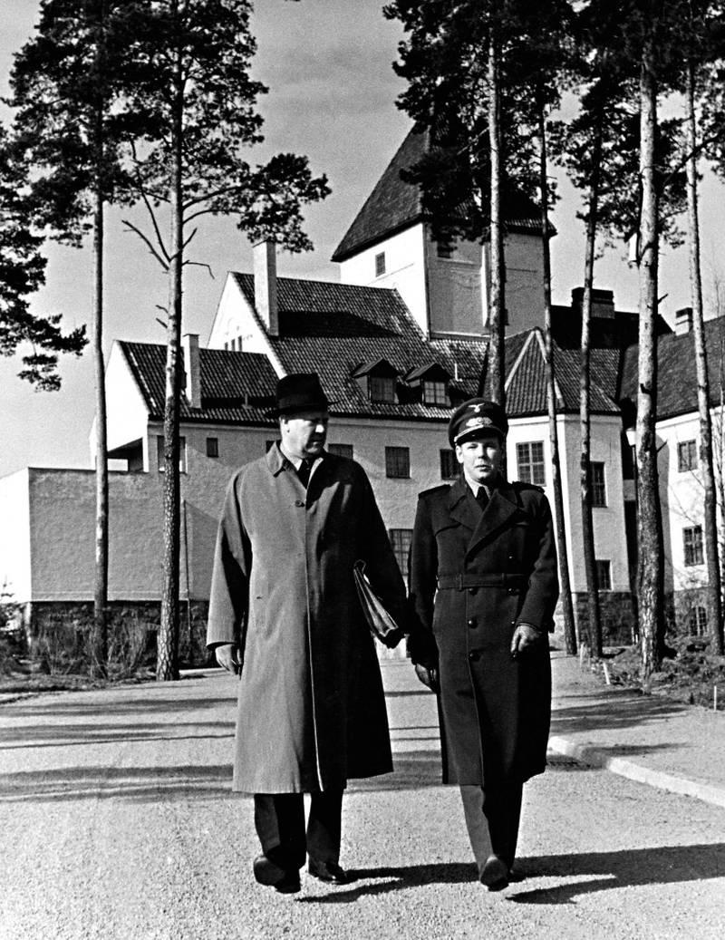 Vidkun Quisling spaserer utenfor Villa Grande samm en med sin kansellisjef Ørnulf Lundesgaard.