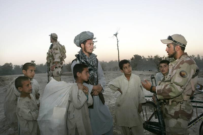 Norske styrker i Faryab-provinsen i 2006 med en tolk ansatt av Forsvaret i samtale med sivilbefolkningen. Foto: Heiko Junge / NTB