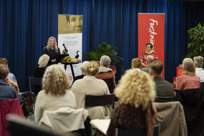 Mange var samlet på Universitetsbiblioteket ved UiS under arrangementet med Maja Lunde på Forskningsdagene.