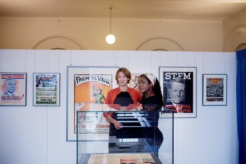 Forskningsbibliotekarene Siv Frøydis Berg (t.v.) og Michelle Tisdel viser fram Nasjonalbibliotekets utstilling «Til Urnene». FOTO: Hilde Unonsen