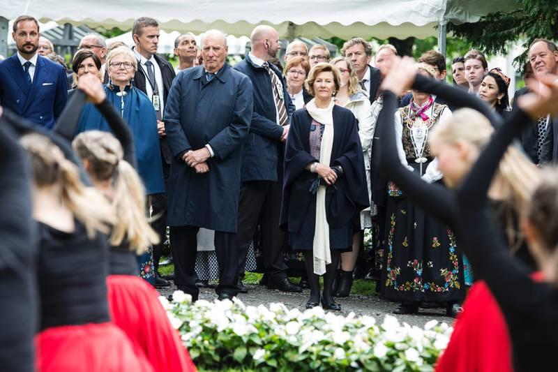 Kronprins Haakon, fylkesmann Magnhild Meltveit Kleppa, kong Harald og dronning Sonja ser på dansere fra Kulturskolen i Stavanger. Foto: Carina Johansen, NTB Scanpix