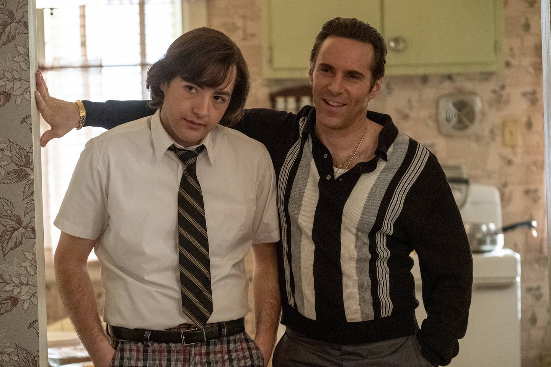 Michael Gandolfini i rollen som den unge Tony Soprano, sammen med farsfigur Richard «Dickie» Moltisanti (Alessandro Nivola) i «The Many Saints of Newark».