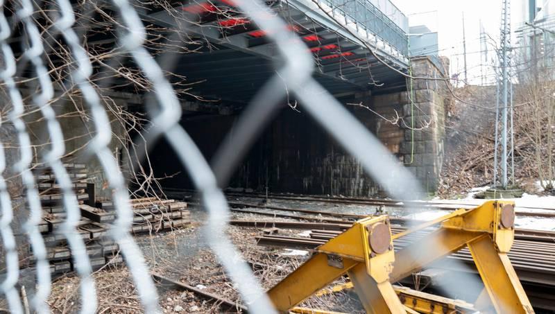 Oslo  20190225. En gutt født i 2003 er omkommet, mens en jente og en gutt født samme år er kritisk skadde etter at de tok seg inn i en togtunnel ved Filipstad i Oslo og kom i kontakt med en strømførende kilde. De tre ungdommene klatret trolig over gjerdet ned til toglinja. Foto: Heiko Junge / NTB