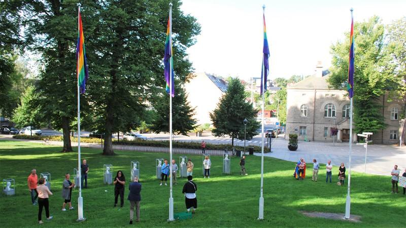 Regnbueflaggene heises utenfor rådhuset i Fredrikstad i forbindelse med Fredrikstad Pride 2021.