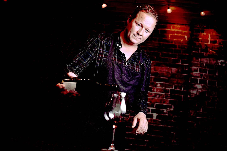 Knut-Espen Misje er vinkelner, kursholder og  medforfatter på flere kokebøker.