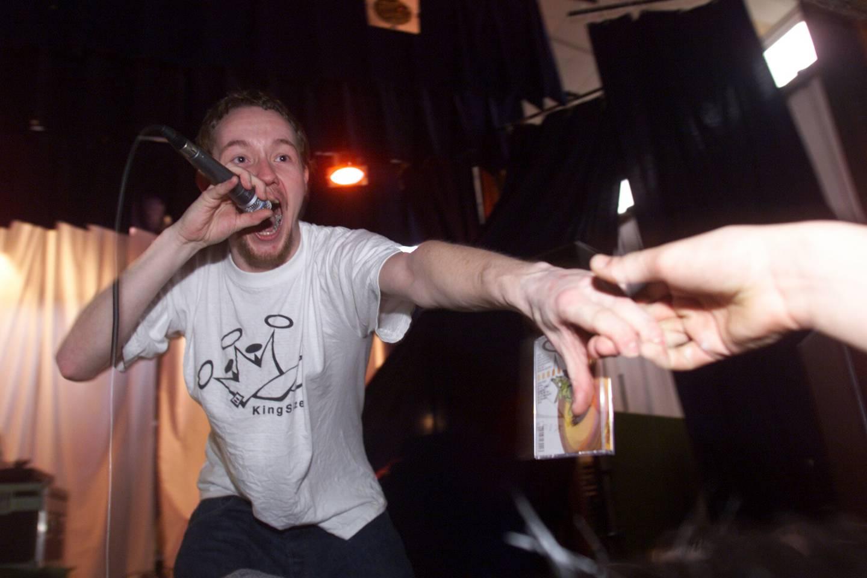 """Stian """"Ubåt"""" Neple rekker ut hånden til elevene ved Borge ungdomsskole under en konsert i 2001."""