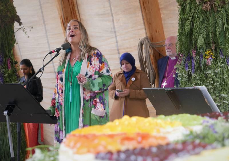 Helene Bøksle sang blant annet «Änglamarken» av Evert Taube. I forgrunnen ses bærekraftkaka fra Fasvo. I bakgrunnen, hindu Yuhashinee Shankkar (fra venstre), muslimske Velisa Salihovic og biskop Atle Sommerfeldt.