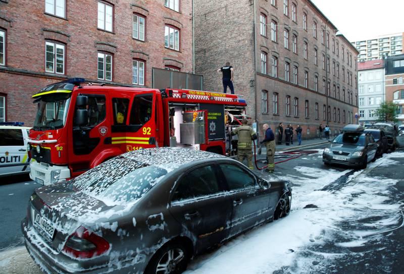 Til sammen elleve biler er trolig blitt påtent i Oslo denne uka på Mortensrud, Høybråten, Furuset og her i Herslebs gate i Gamle Oslo. Den siste måneden er biler og søppelkonteinere også blitt påtent på Vestli og Stovner i Oslo, og det er blitt kastet stein mot politi, vektere og brannvesen.
