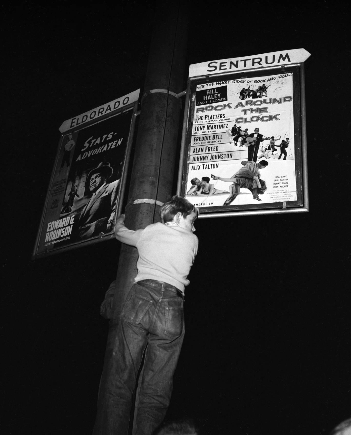 79 ungdommer ble arrestert, de fleste i alderen fjorten til sytten, og slapp ut etter noen timer i arresten Her en unggutt som har klatret opp i søylen som holder kinoplakaten fra filmen.