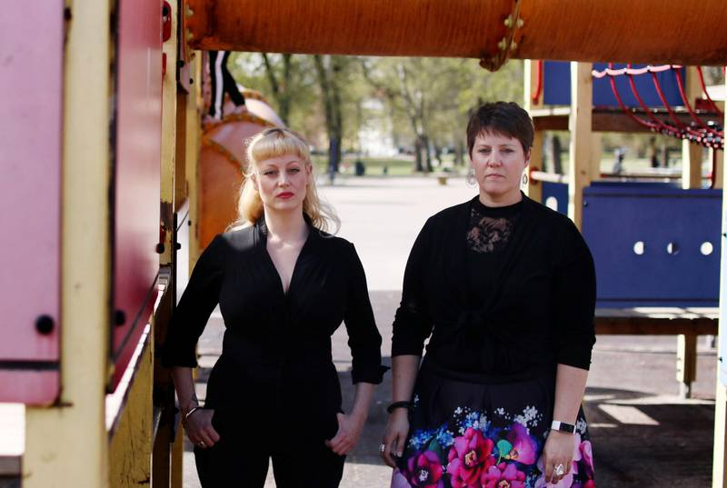 Mari Sletten i foreldreopprøret og barnehagelærer Kristin Grimsvang er opprørt over at ansatte og foreldre ikke får lov til å spre budskapet i barnehageopprøret ut i barnehagene.