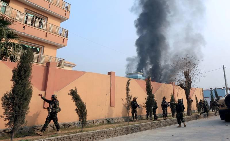 Afghanske sikkerhetsstyrker på åstedet etter angrepet som rammet et Redd Barna-kontor i Jalalaba i går. Afghanistan er blant de øverste på listen over land som er utsatt for angrep på hjelpearbeidere.