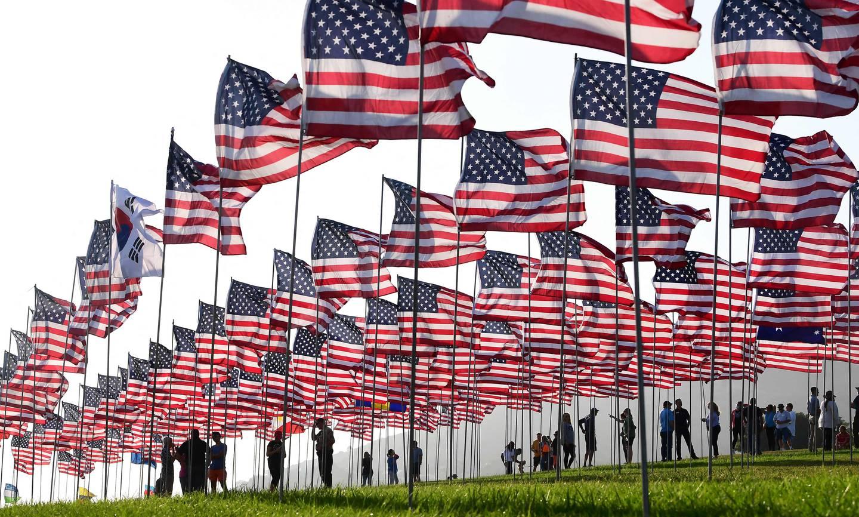 Et amerikansk flagg er satt opp for å minne hver av de drepte på 20 årsdagen siden angrepene.