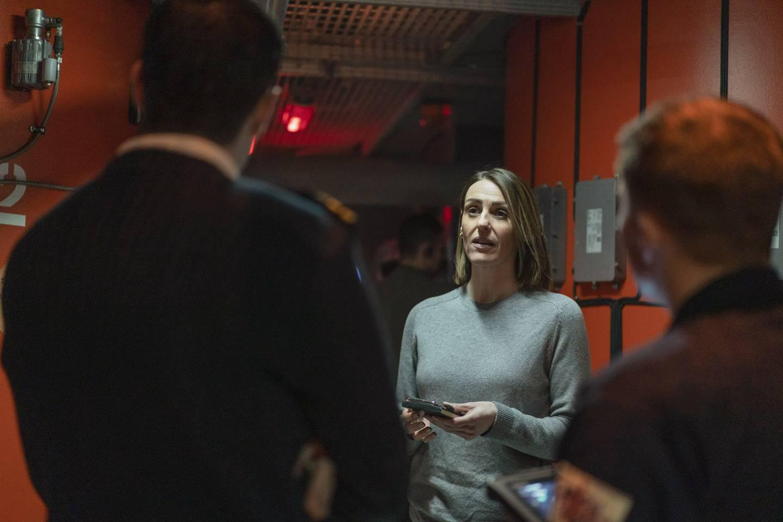 Etterforsker Silvas arbeid gjør henne snart upopulær om bord på HMS Vigil.