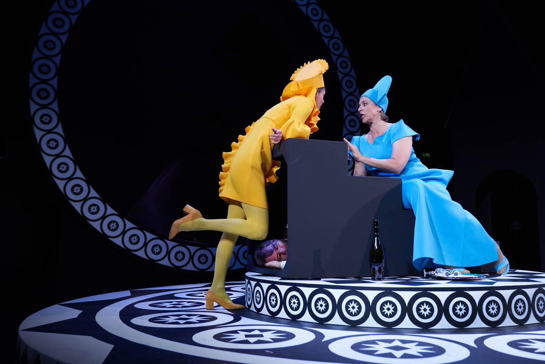 Fra forestillingen «Revizor» på Rogaland Teaters hovedscene.
