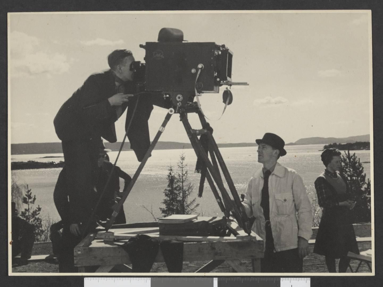 NS-direktør for Oslo kinematografer, Leif Sinding, gikk tilbake til regi etter et år i sjefsstolen. Foto fra innspillinga av hans film Sangen til livet i 1943 etter et skuespill av Johan Bojer.
