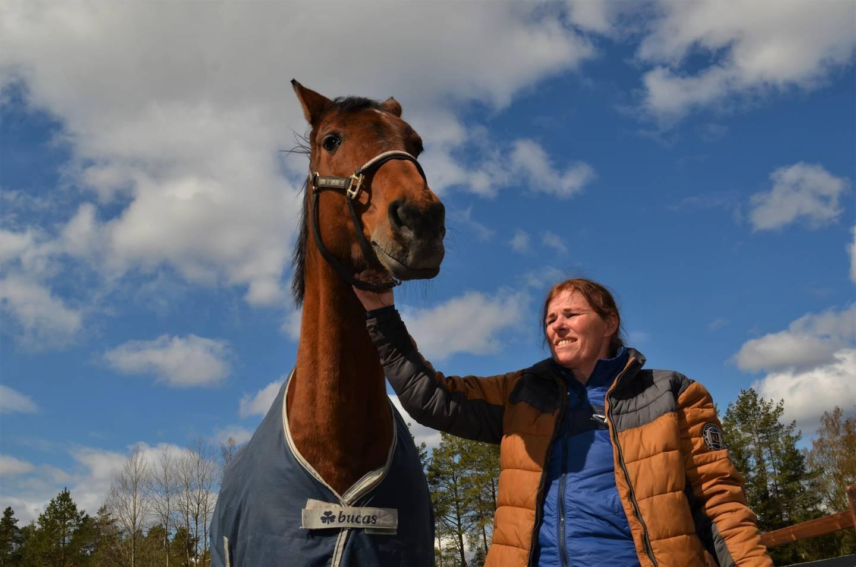 – Hestene og arbeidet i stallen har gitt meg et nytt liv, sier Anita Johannessen som er på Tune ridesenter seks dager i uka.